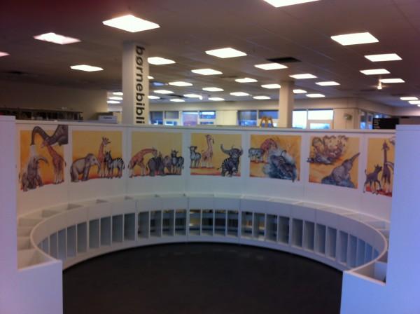 """I 2013 lavede jeg en billedfrise med """"Lille Elefant"""" til en rund reol på Holte bibliotek."""